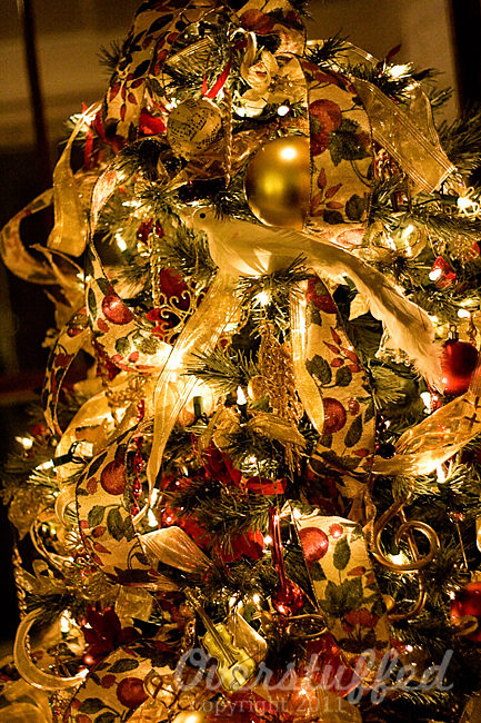 decorate-a-christmas-tree-professionally-with-ribbon-1-4544459